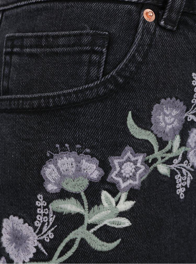 Černé květované mom kraťasy s výšivkou Miss Selfridge
