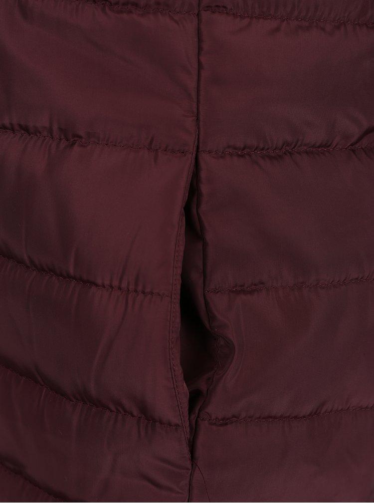 Vínová prešívaná bunda s kapucňou Jacqueline de Yong Ash