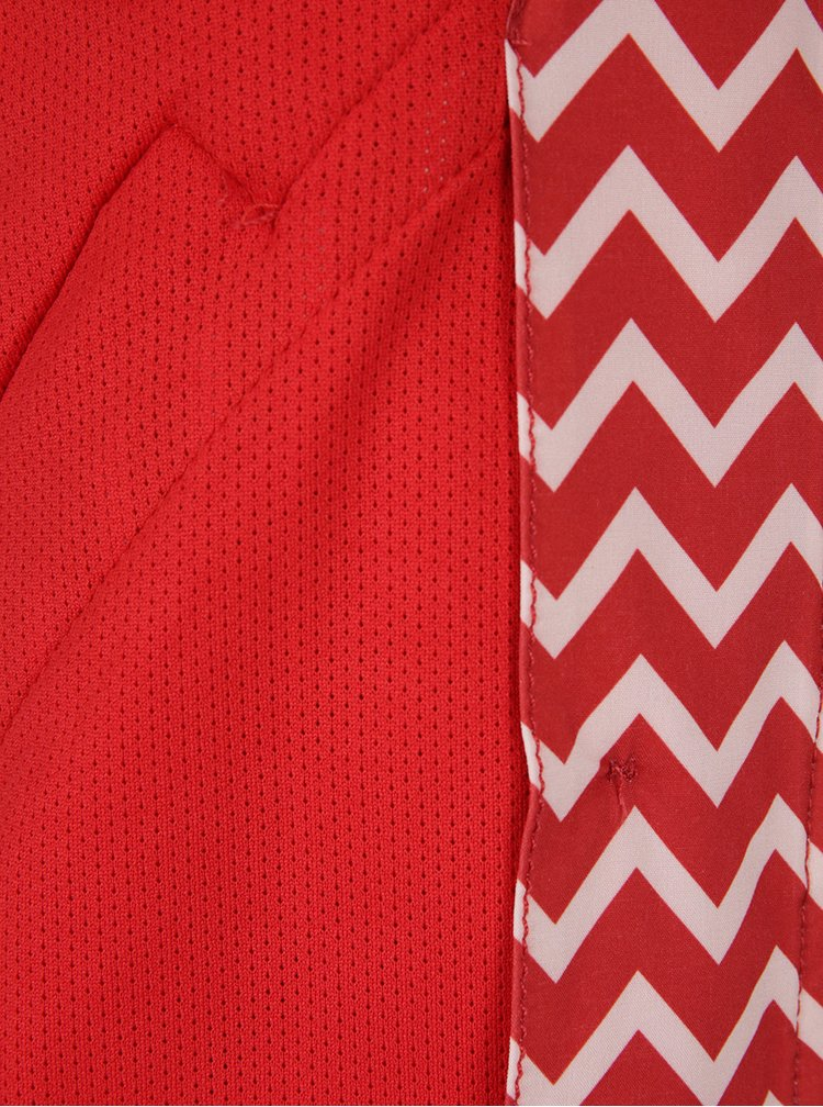 Červený nepromokavý kabát Blutsgeschwister