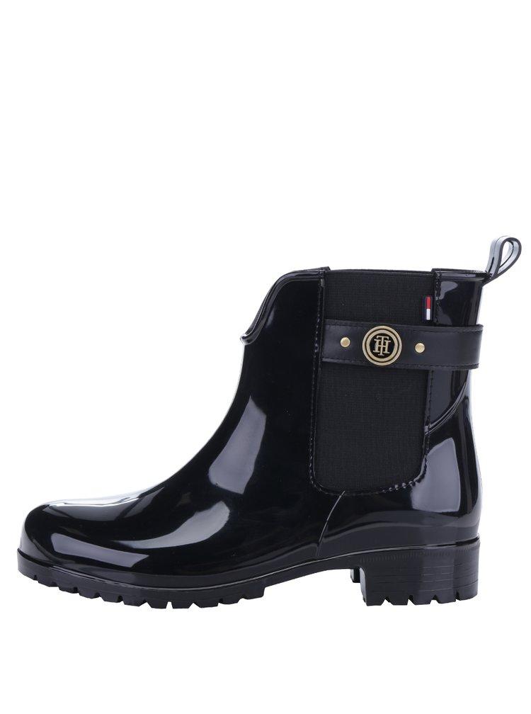 Černé dámské gumové chelsea boty s detaily ve zlaté barvě Tommy Hilfiger Oxley