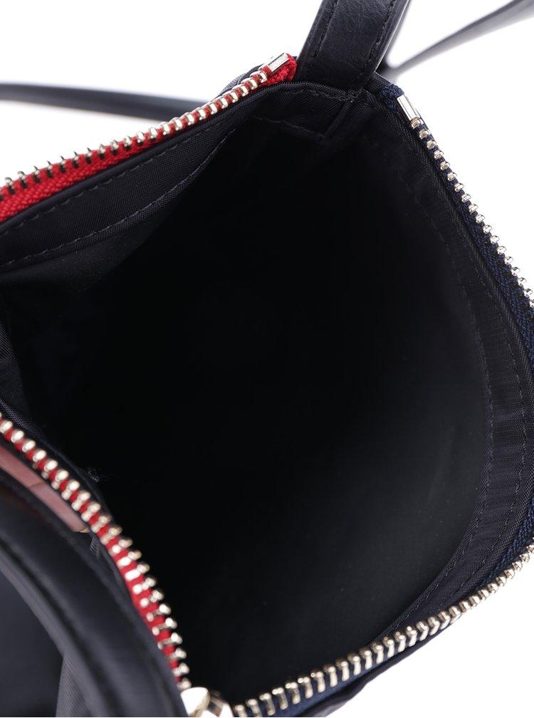 Černá crossbody kabelka s detaily ve zlaté barvě Tommy Hilfiger Poppy Flat
