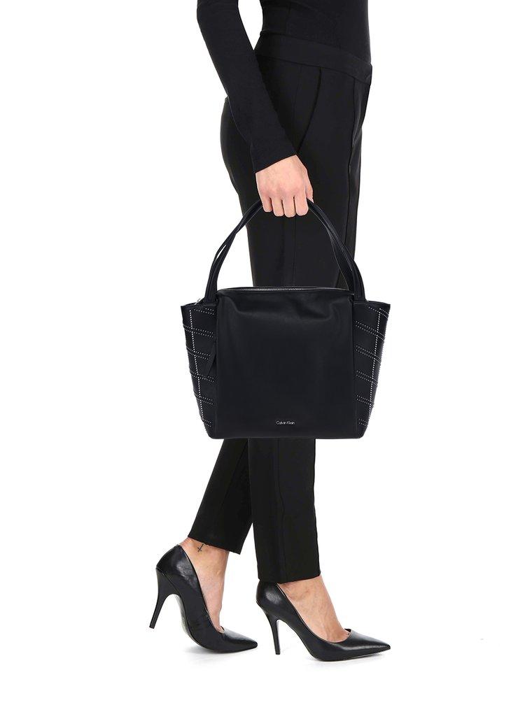 Černá kabelka s plastickými detaily ve stříbrné barvě Calvin Klein Jeans Misha