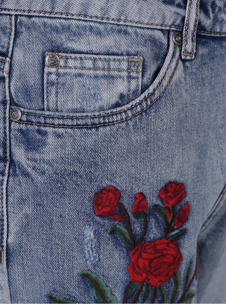 Světle modré boyfriend džíny s výšivkami květů ONLY Tonni