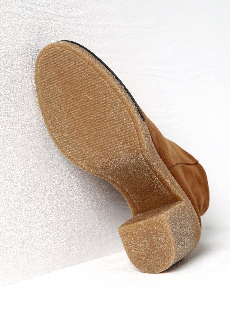 Hnědé kotníkové boty v semišové úpravě na podpatku OJJU