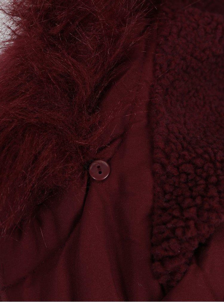 Vínová zimní parka s umělým kožíškem na kapuci VERO MODA Candy