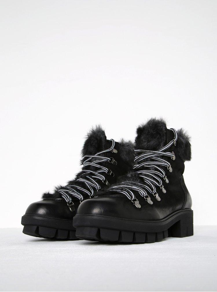 Černé kožené kotníkové boty s umělou kožešinou Tamaris