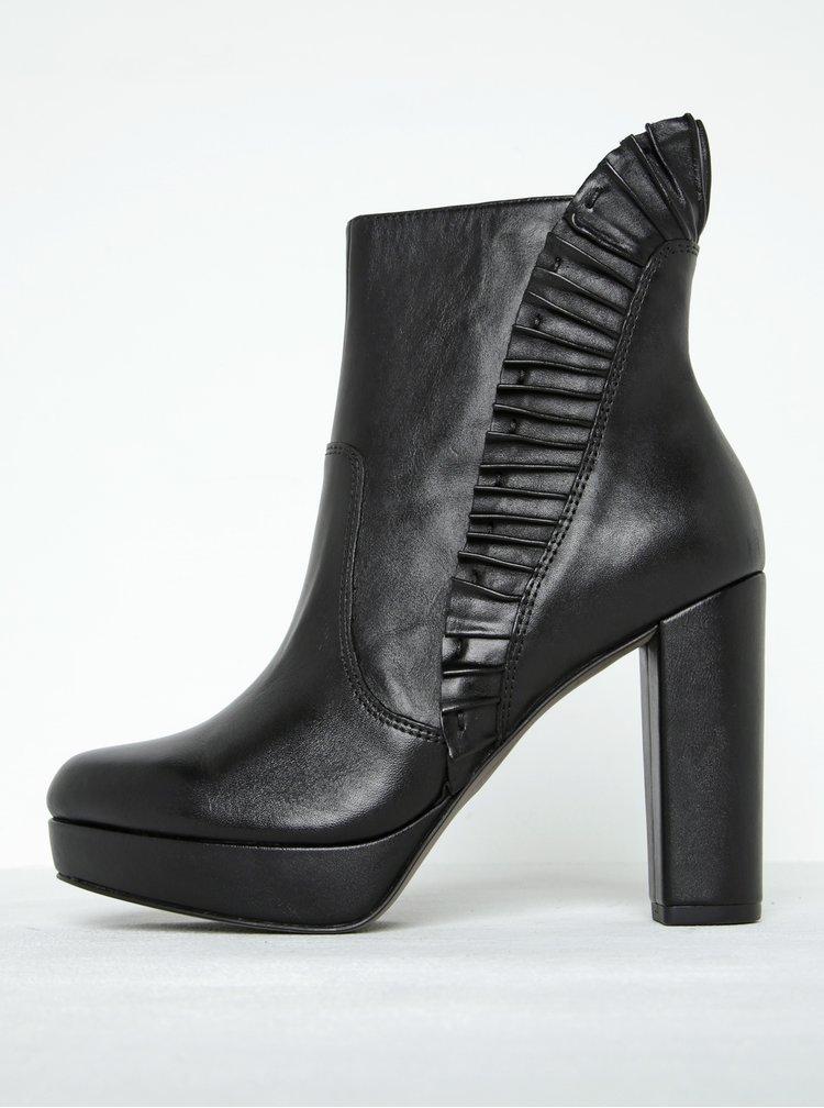 Černé kožené kotníkové boty s řasením na podpatku Tamaris
