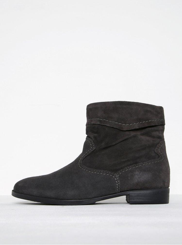 Tmavě šedé semišové kotníkové boty s prošívanými detaily Tamaris