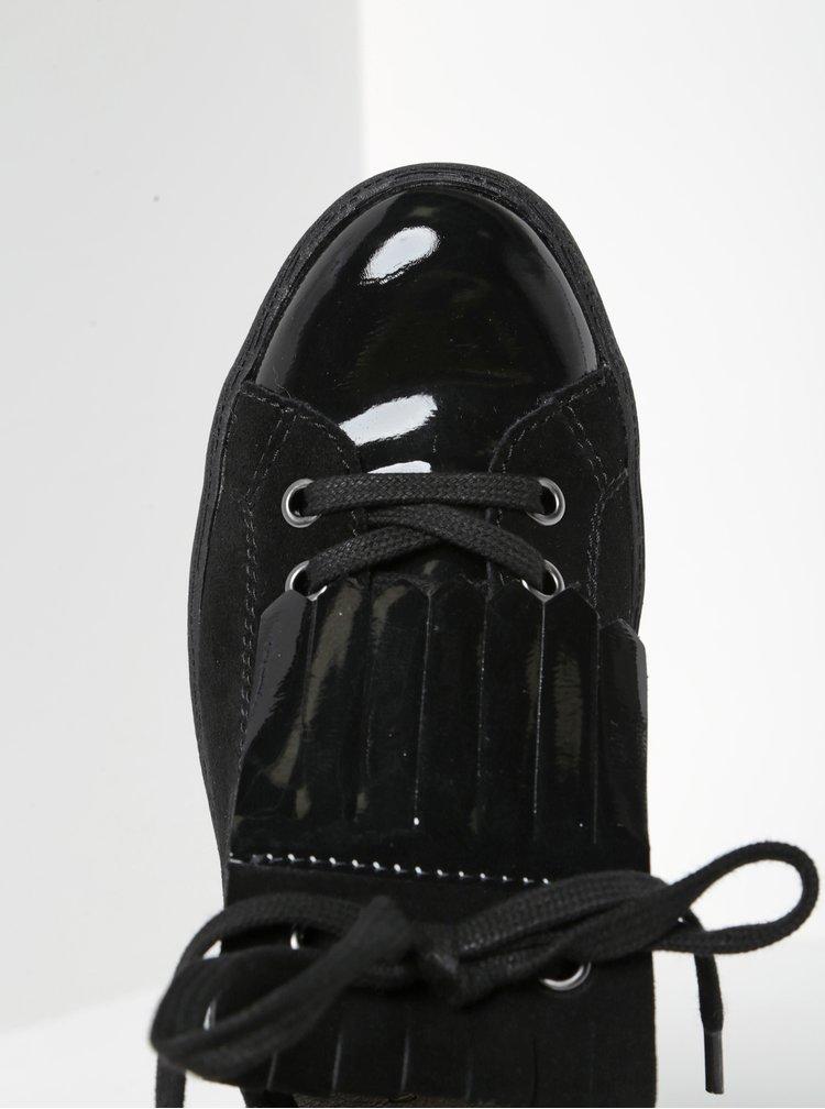 Černé tenisky na platformě se semišovými detaily a střapcem Tamaris