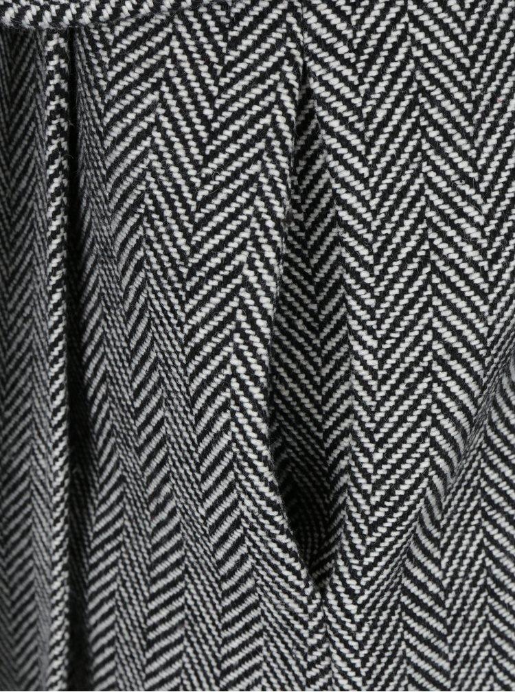 Černo-bílý vzorovaný kabát s umělým kožíškem Fever London Enid