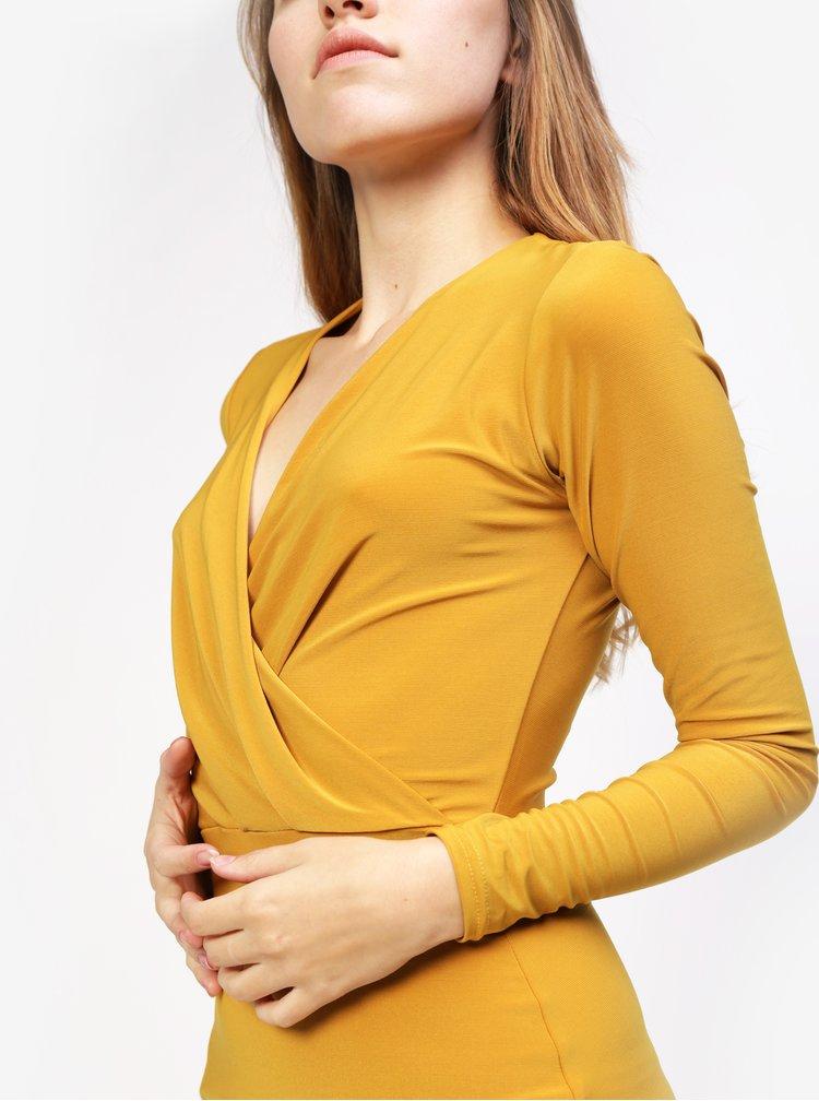 Hořčicové šaty s překládaným výstřihem MISSGUIDED