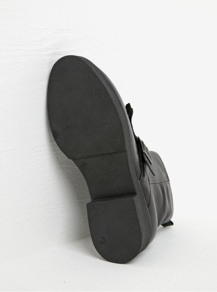 Černé kožené kotníkové boty s přezkou a třásněmi Tamaris