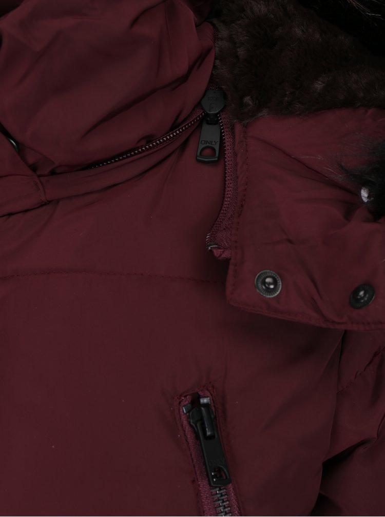 Vínový péřový prošívaný kabát s kapucí ONLY Rhoda