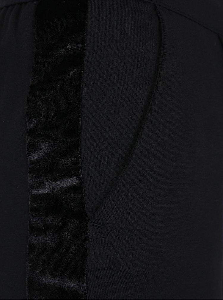 Černé kalhoty se sametovými pruhy na nohavicích Jacqueline de Yong Trainer