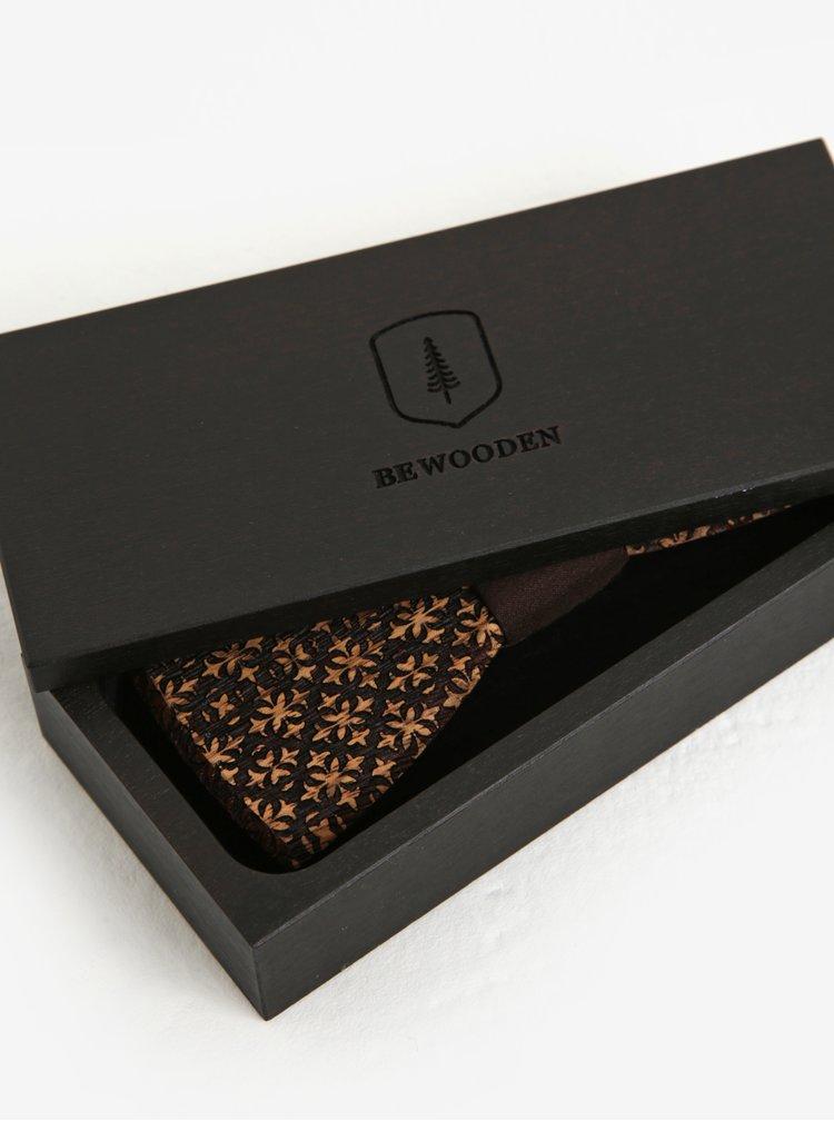 Tmavě hnědý pánský dřevěný gravírovaný motýlek v dřevěné krabičce BeWooden Decorum