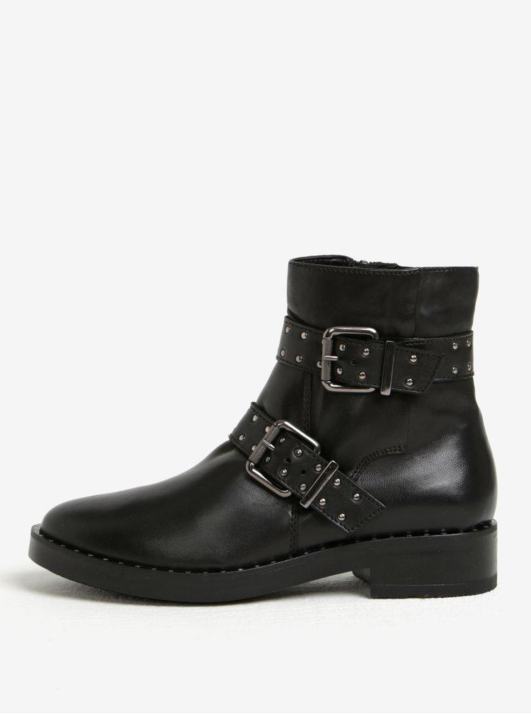 Černé kožené kotníkové boty s přezkami Tamaris