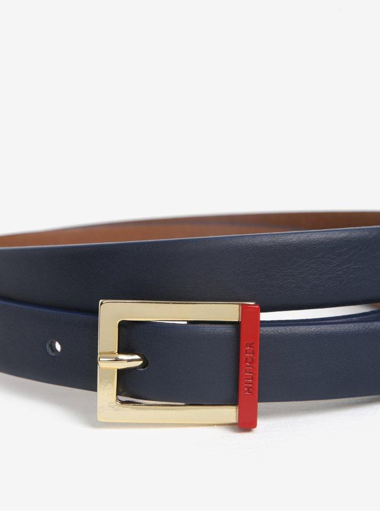 Tmavě modrý dámský kožený úzký pásek se sponou ve zlaté barvě Tommy Hilfiger