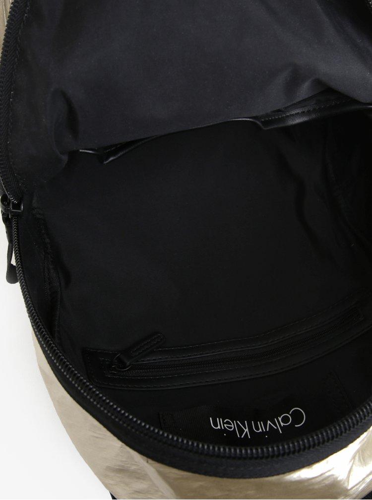 Metalický dámský batoh ve zlaté barvě Calvin Klein Jeans Fluid