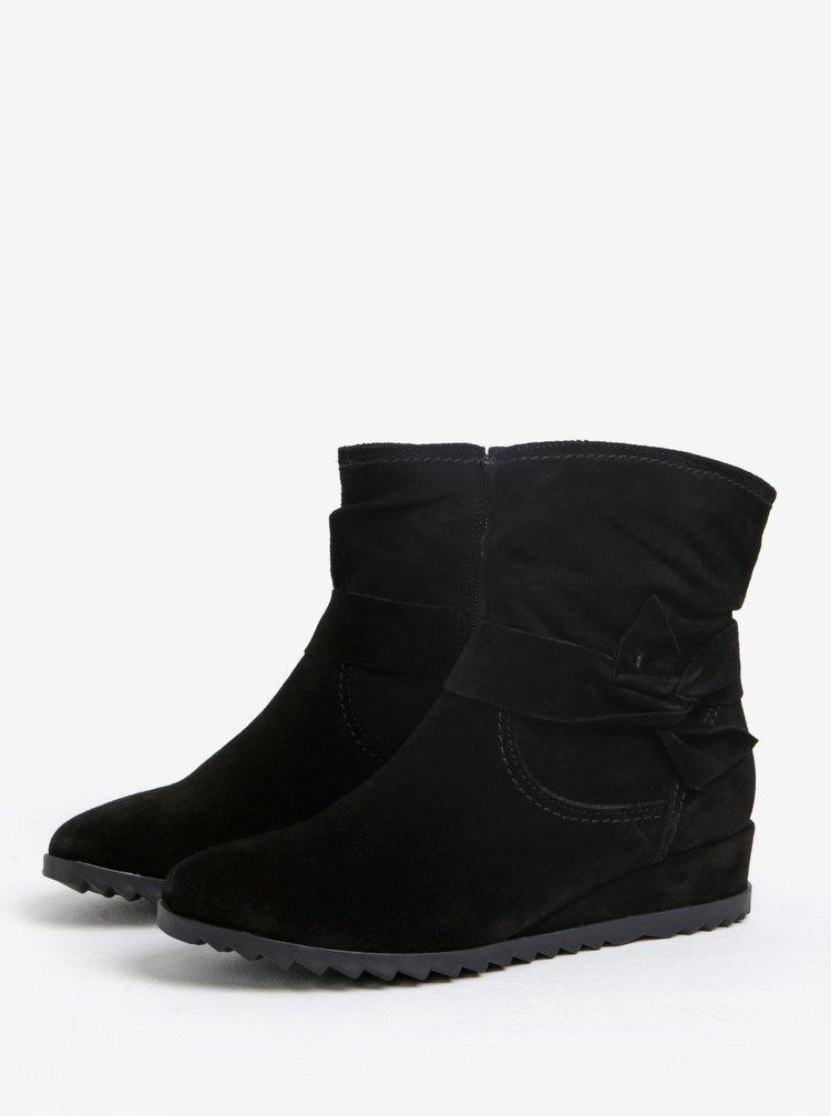 Černé semišové kotníkové boty na nízkém klínku Tamaris