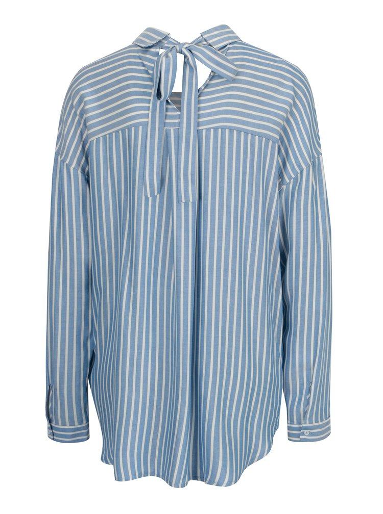 Bílo-modrá pruhovaná volná košile s mašlí na zádech ONLY Bluff