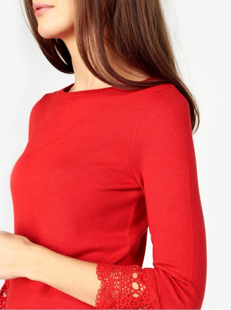 Červený svetr s krajkovými detaily na rukávech M&Co