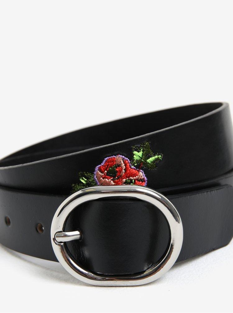 Černý kožený pásek s květinami Pieces Iviaya