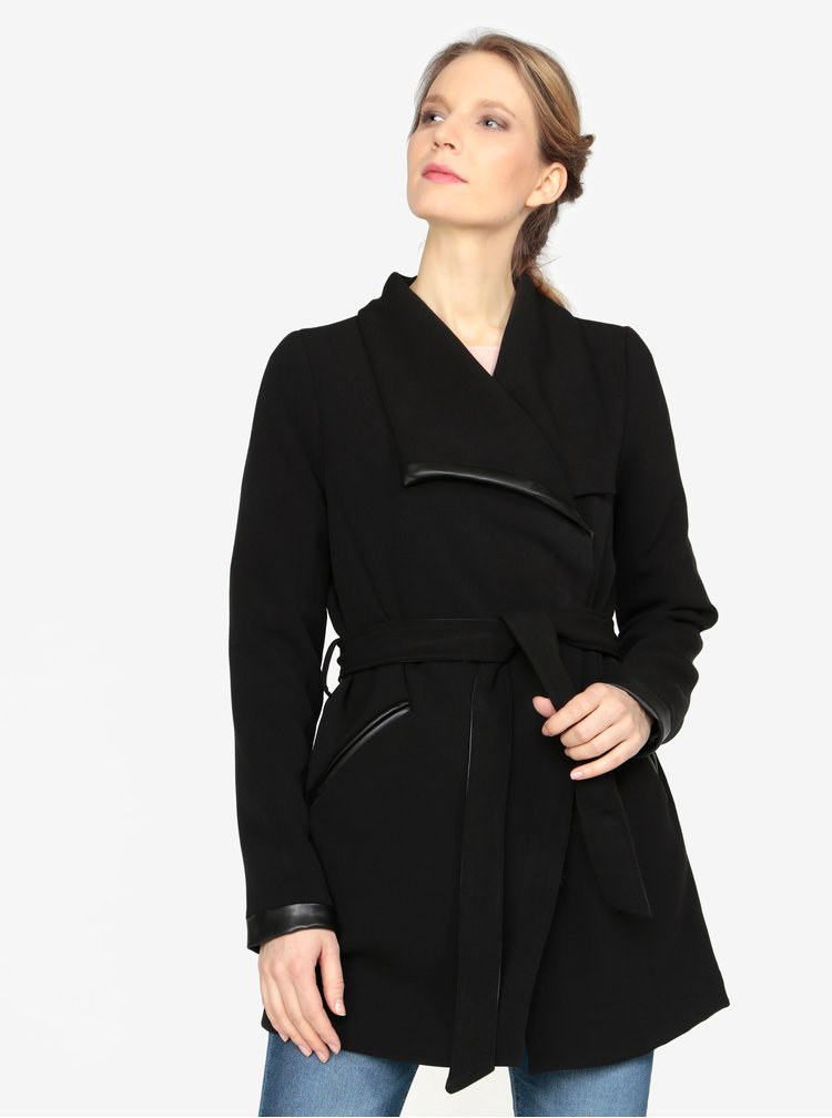 Černý kabát s páskem VERO MODA Kirsten