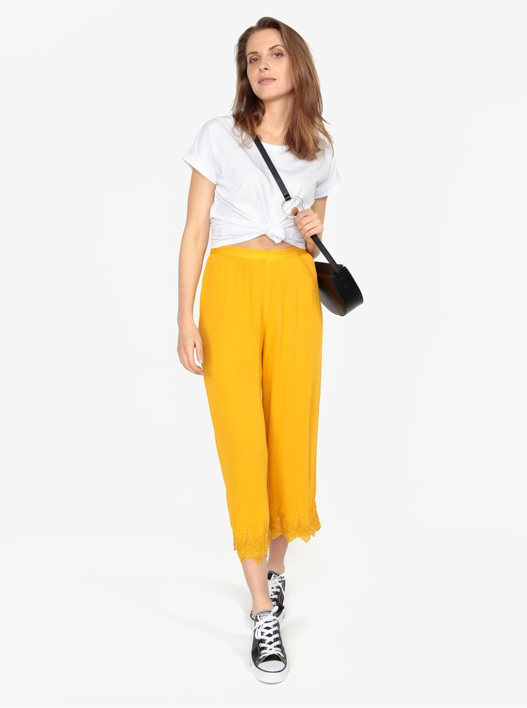Horčicové voľné nohavice s čipkovaným lemom Miss Selfridge