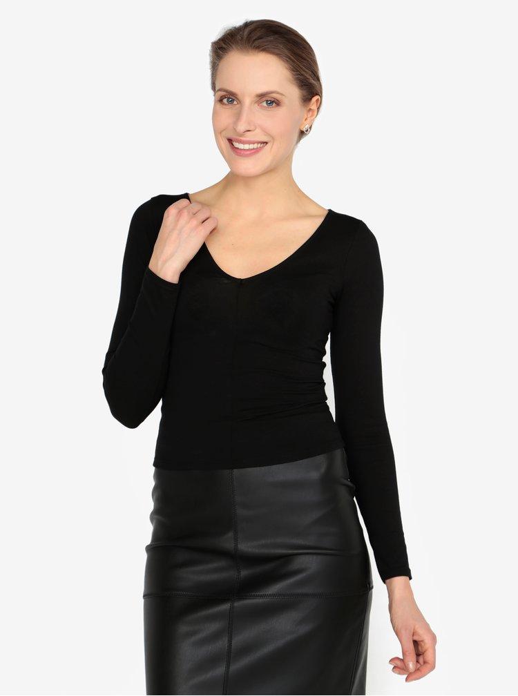 Černé tričko s véčkovým výstřihem Miss Selfridge