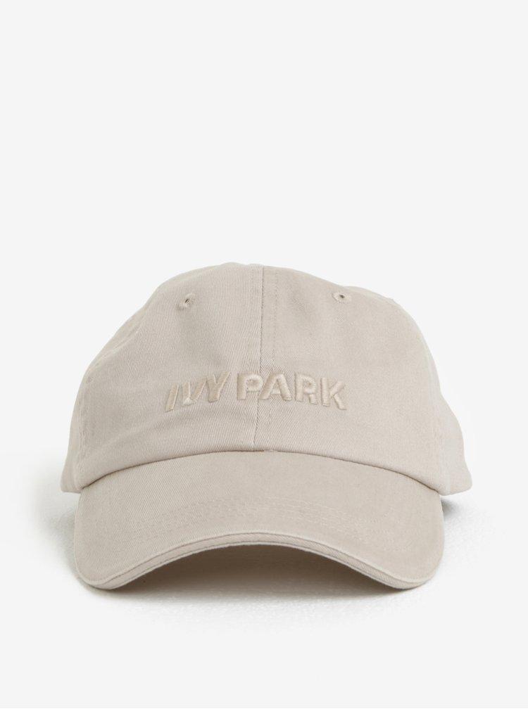 Béžová kšiltovka s výšivkou Ivy Park