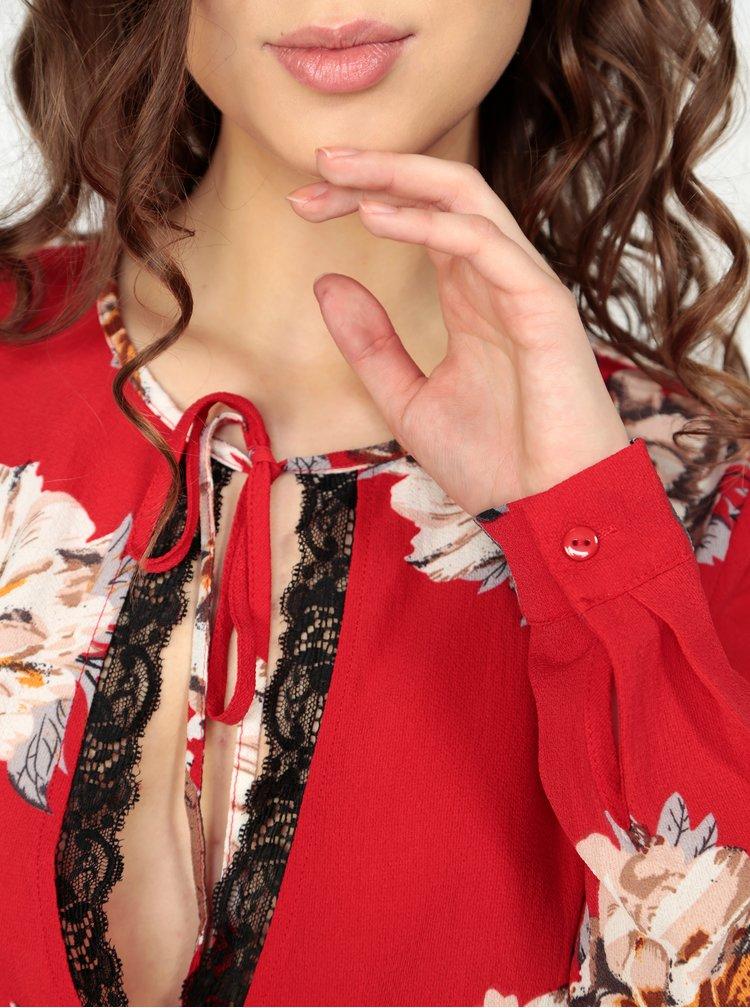 Červené květované body s krajkovými lemy MISSGUIDED