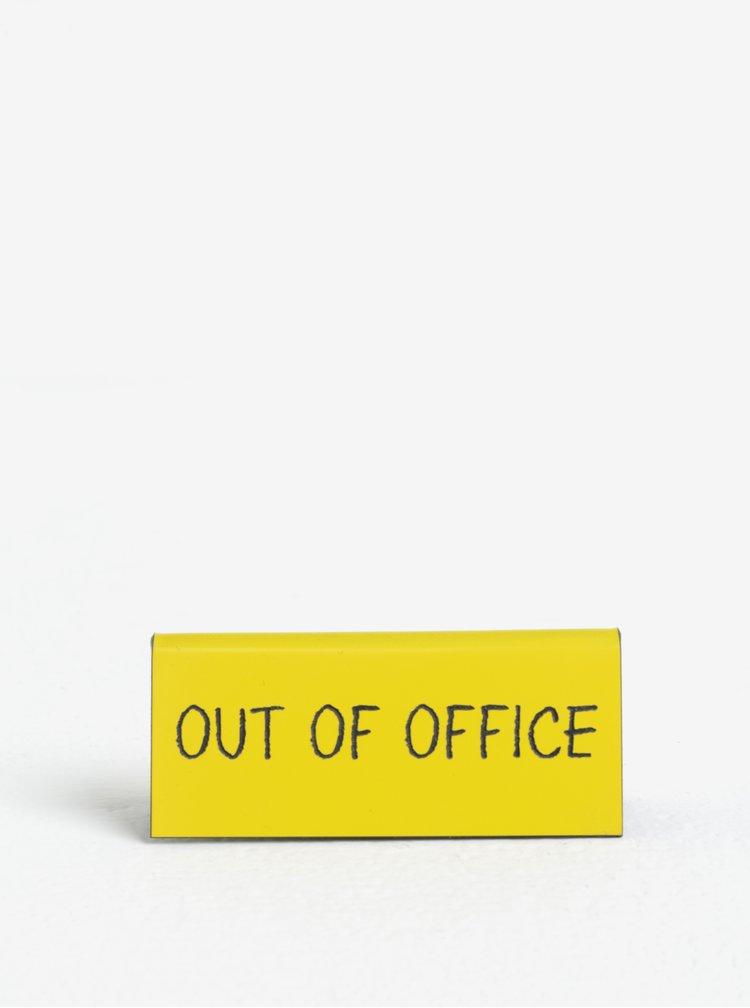 Žlutá cedulka s nápisem CGB