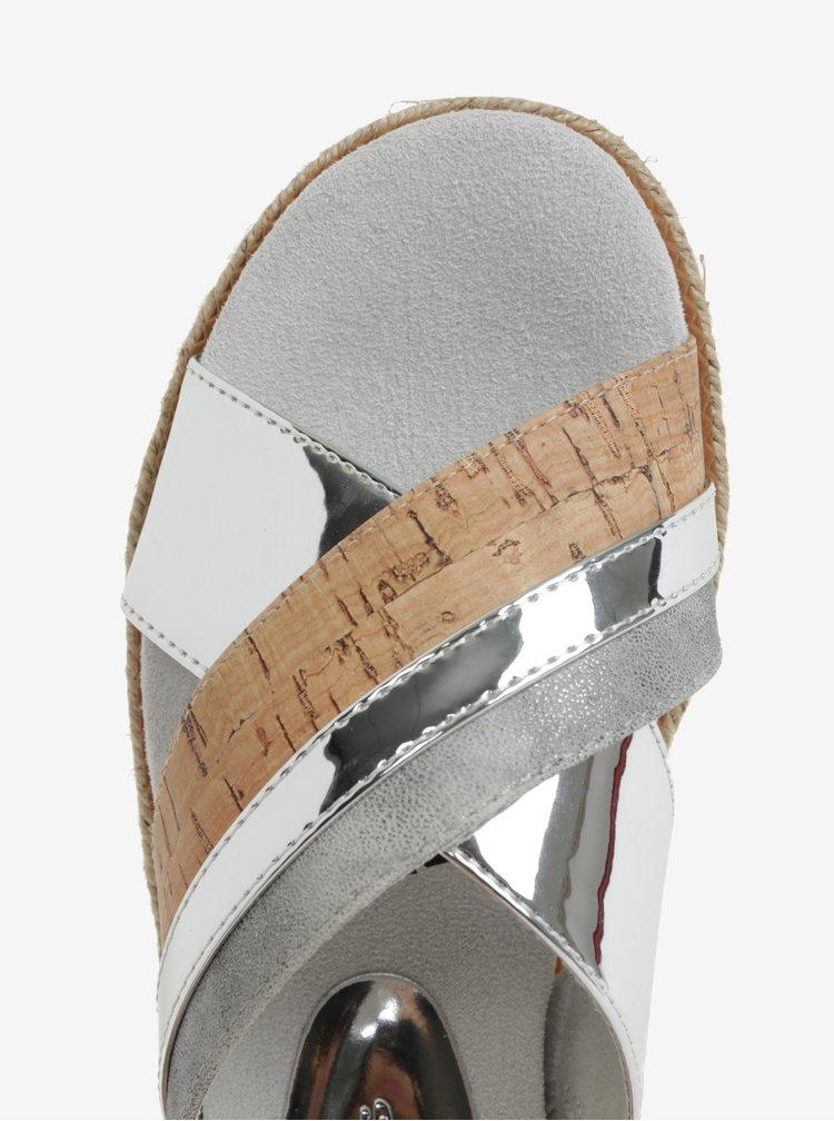 Pantofle ve stříbrné barvě na platformě Tamaris