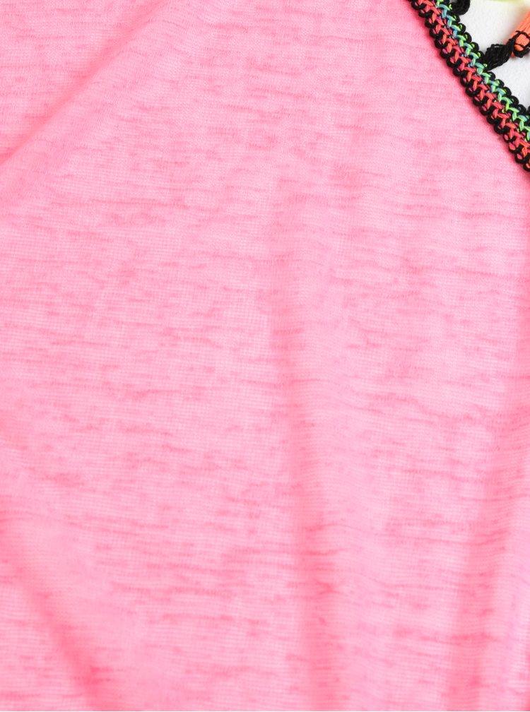 Neonově růžový holčičí šátek se střapci 5.10.15.