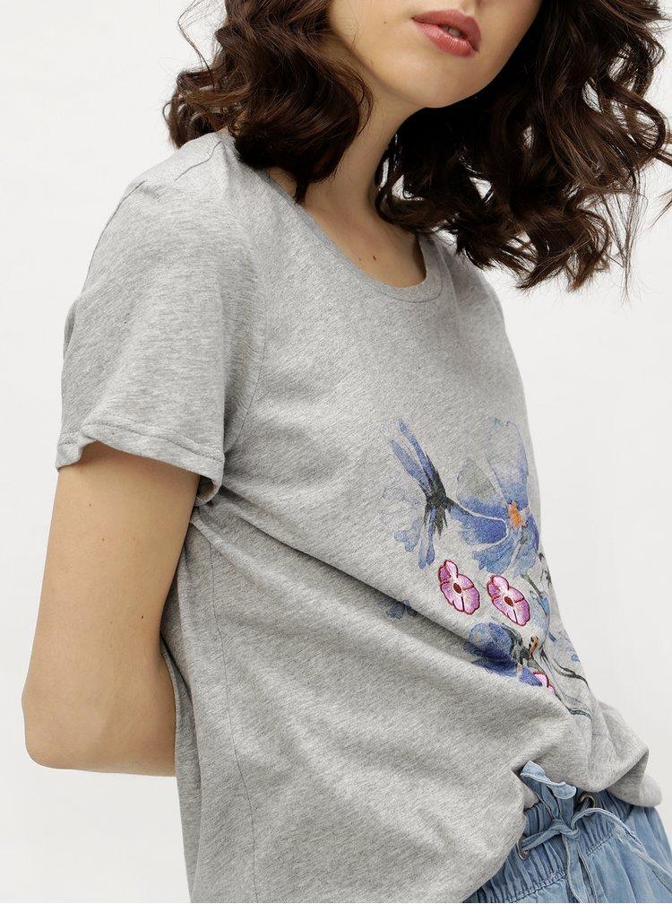 Šedé volné žíhané tričko s potiskem VERO MODA Yoshi