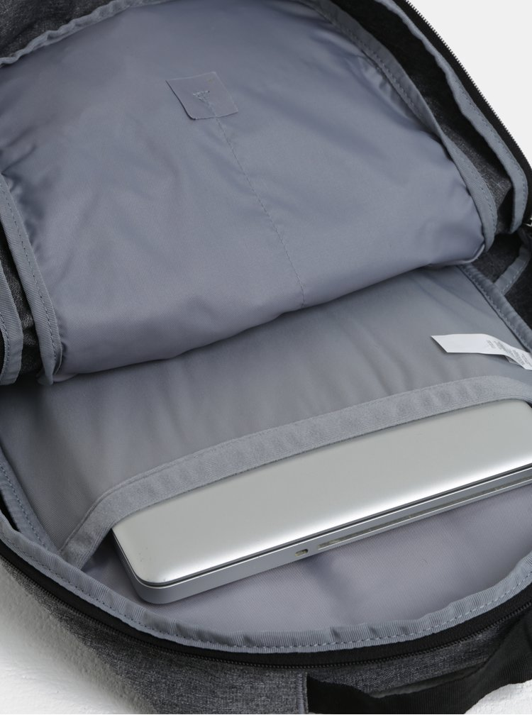 Tmavě šedý žíhaný voděodolný batoh Under Armour
