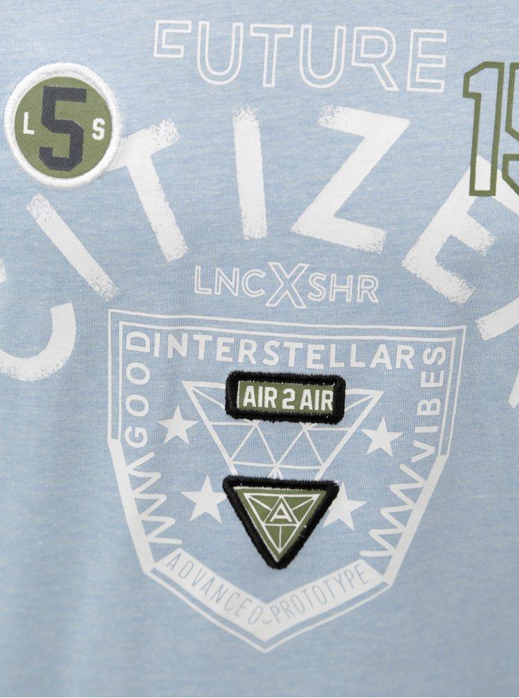 Světle modré klučičí žíhané tričko s potiskem 5.10.15.