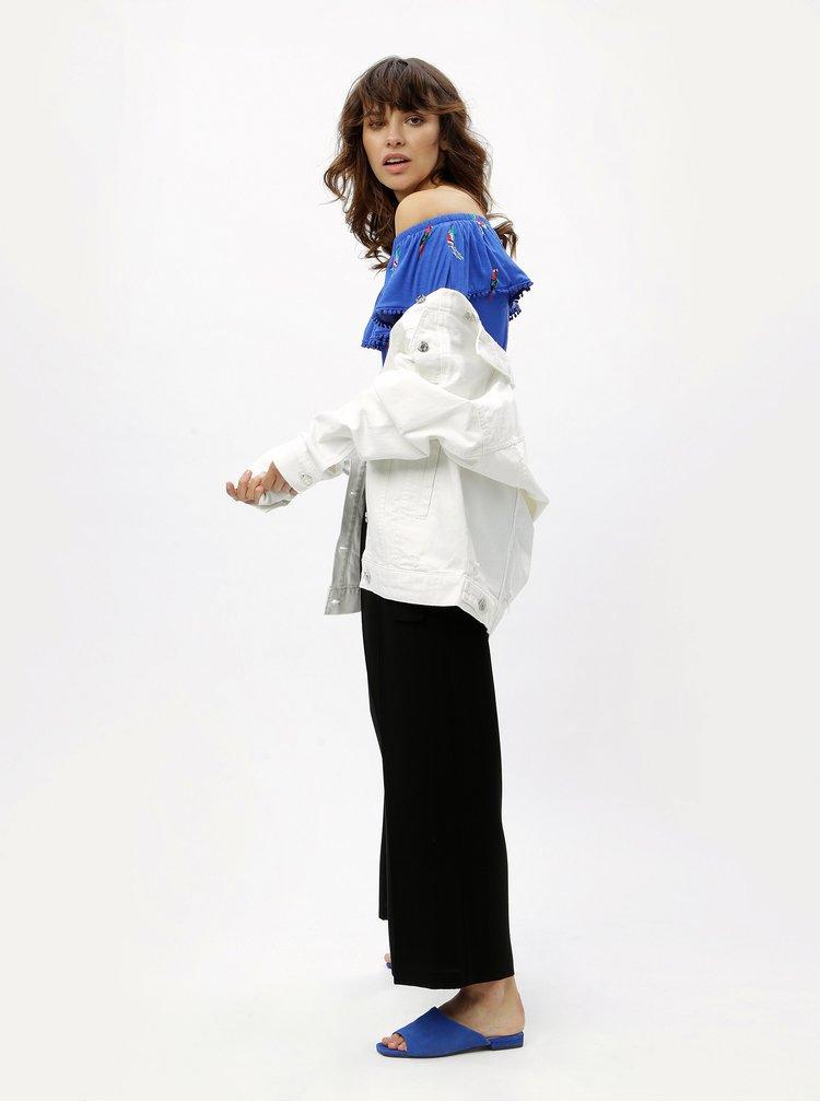 Modrý vzorovaný top s odhalenými ramenami M&Co