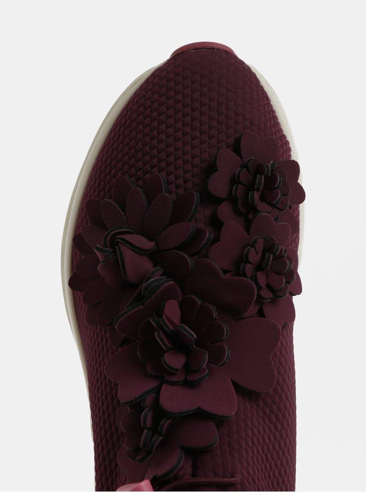 Vínové tenisky s aplikací ve tvaru květin Tamaris