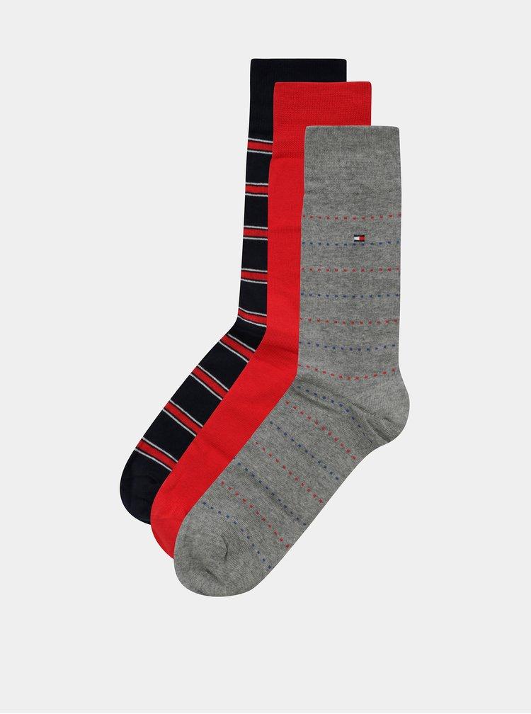 Sada tří párů pánských ponožek v šedé, červené a modré barvě v dárkovém balení Tommy Hilfiger