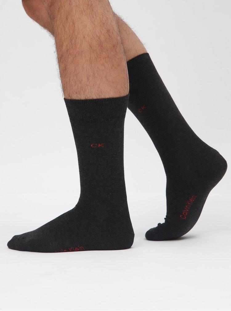 Balenie troch párov pánskych ponožiek v čiernej a červenej farbe v darčekovej škatuľke Calvin Klein Jeans