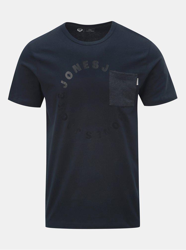 Tmavomodré tričko s náprsným vreckom a potlačou Jack & Jones Moral