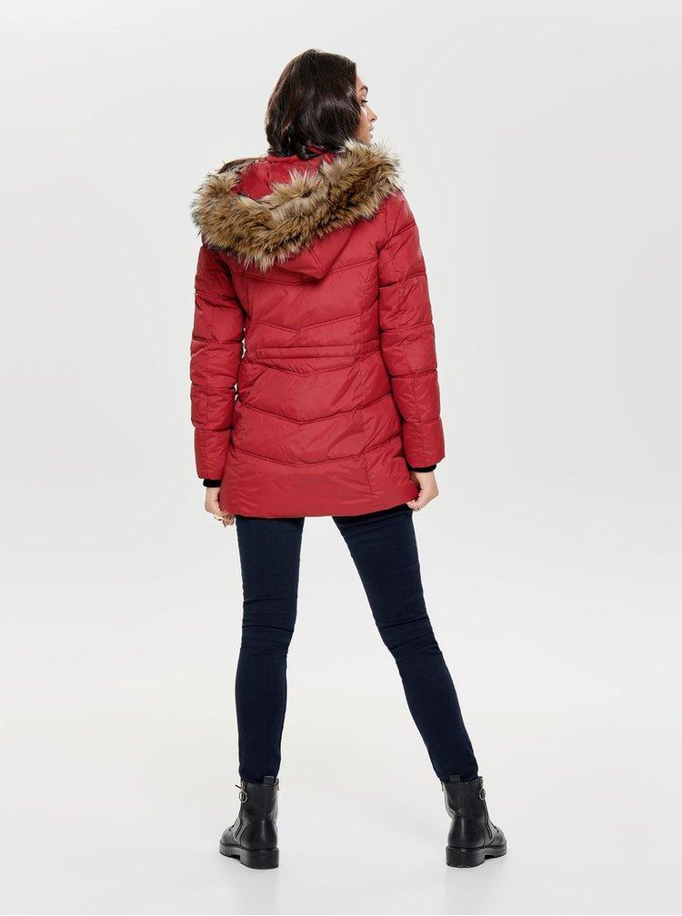 Červený prošívaný zimní kabát s odnímatelnou kapucí ONLY Newottowa