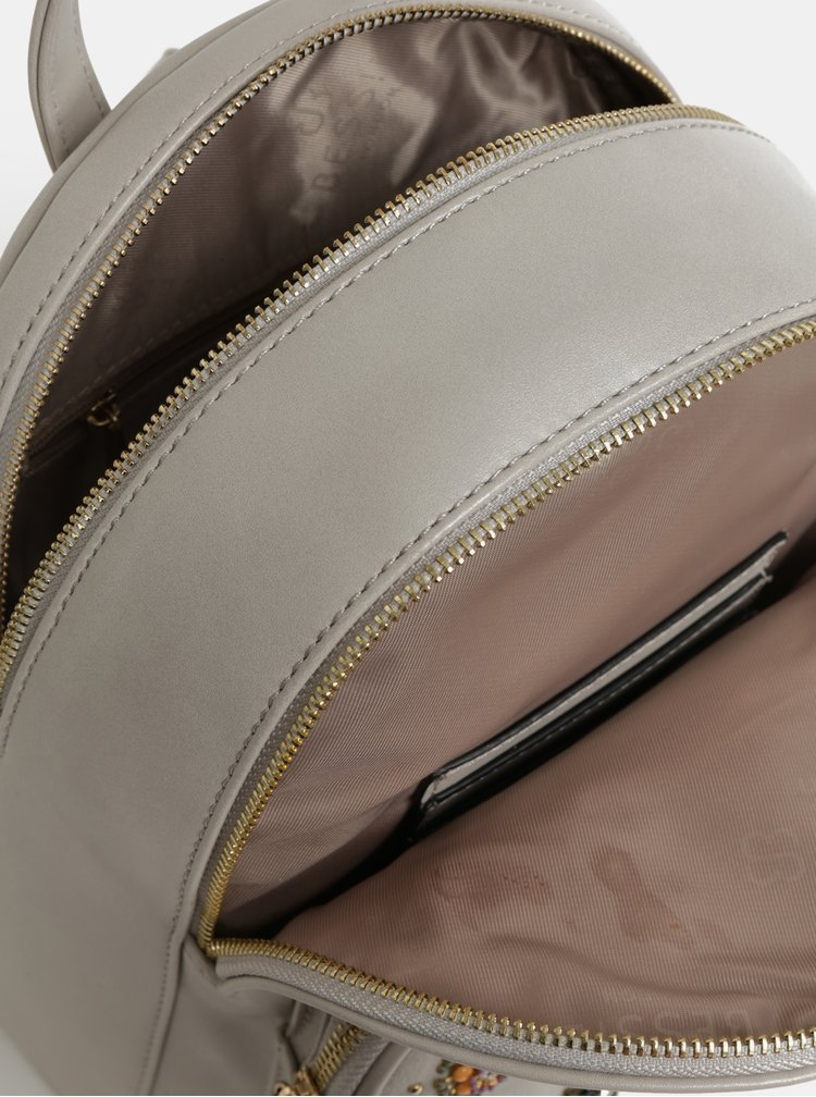 Světle šedý batoh s aplikací Bessie London