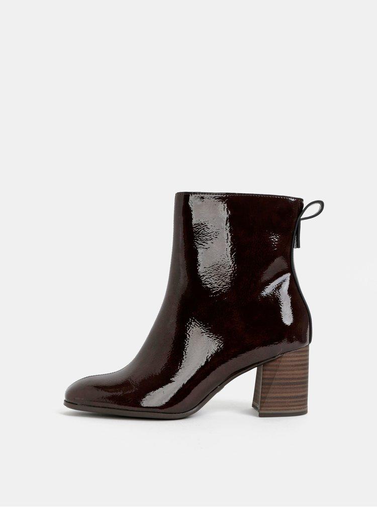 Hnědé lesklé kotníkové boty Tamaris