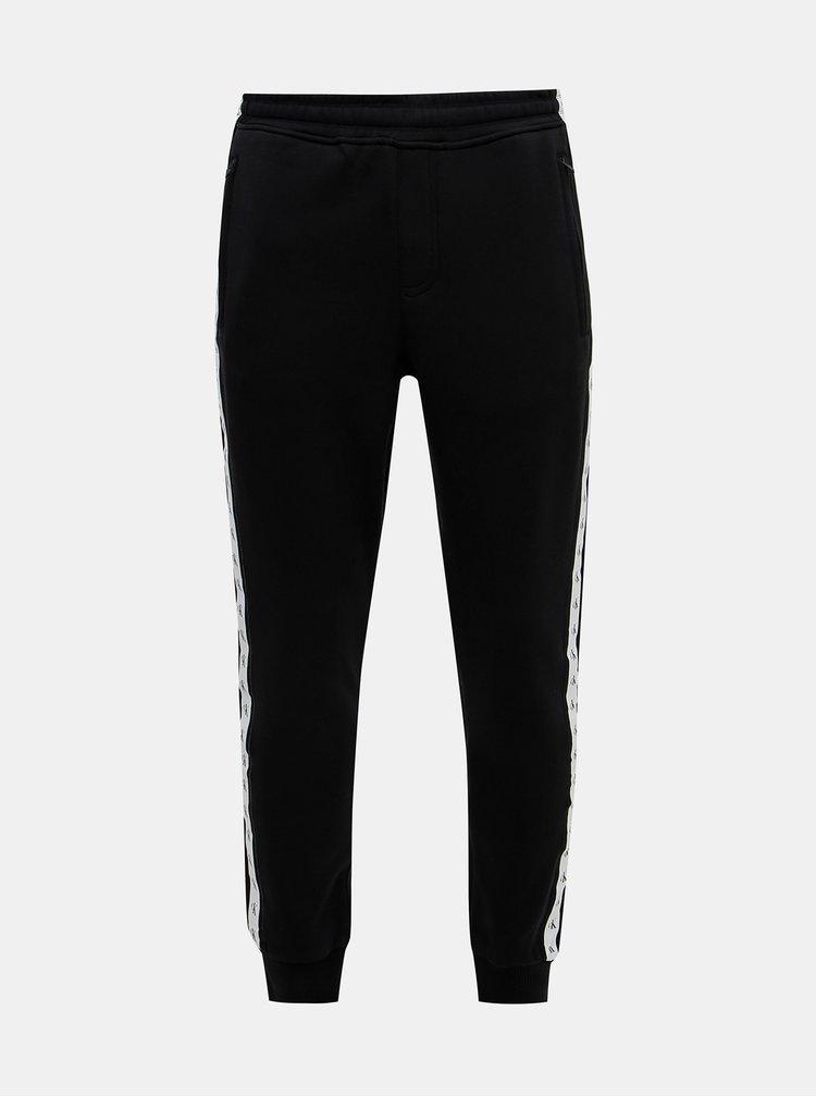 Černé pánské tepláky s lampasem Calvin Klein Jeans