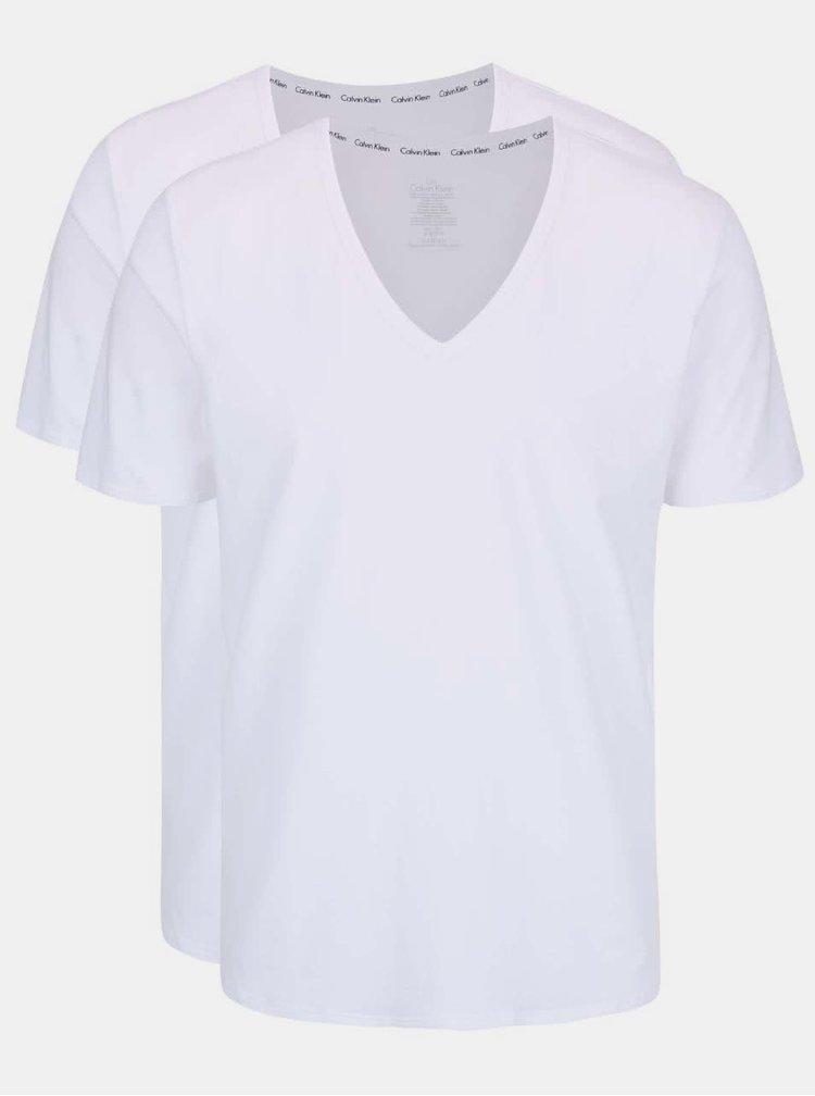Sada dvou pánských bílých trik s véčkovým výstřihem pod košili Calvin Klein Underwear