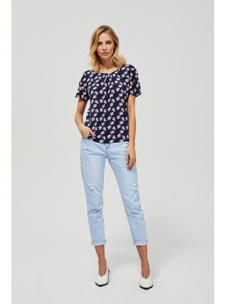 Moodo modré tričko se vzory
