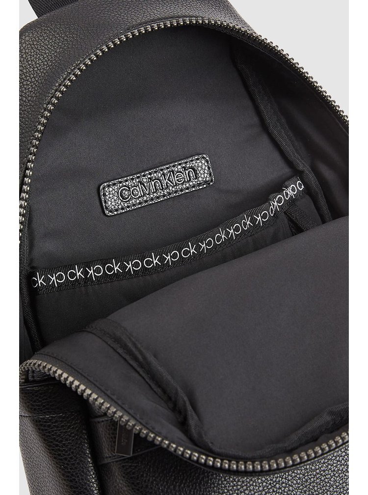 Calvin Klein černý batoh Sling Bp