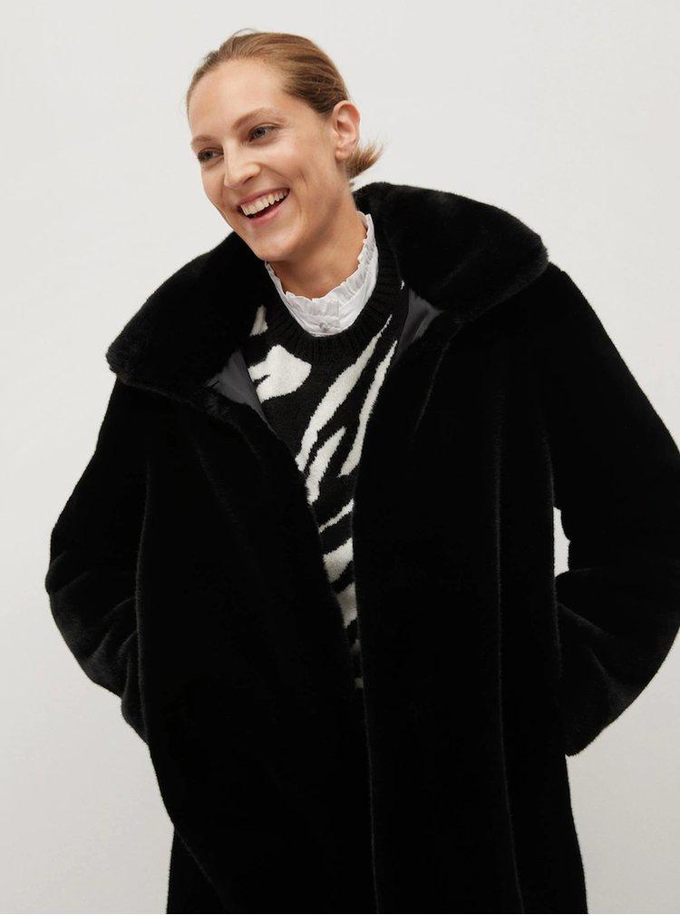 Černý kabát z umělého kožíšku Mango Chillin